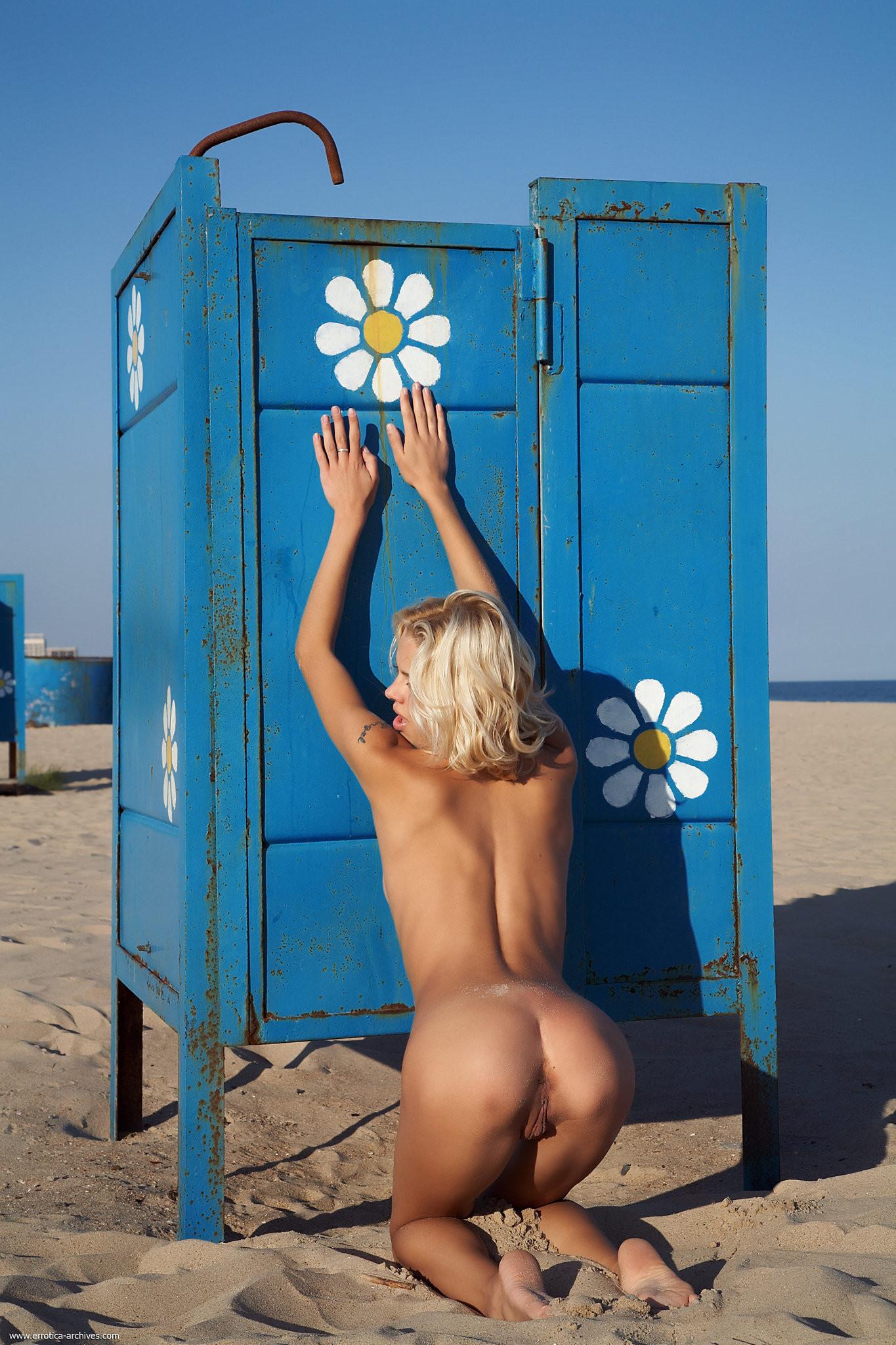 Девушки На Пляже Переодеваются